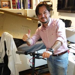 Alejandro Möller - El scooter Xiaomi es una excelente solución para el transporte diario. Muy seguro, fácil de manejar y bastante cómodo a pesar del estado de algunas veredas y calles. No solo llego a mi trabajo más rápido que en metro  o micro, también es divertido andar en scooter eléctrico por Santiago.