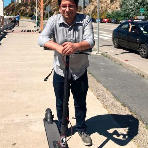 Alejandro Möller - Los scooter eléctricos son una excelente solución para el transporte diario. Muy seguro, fácil de manejar y bastante cómodo a pesar del estado de algunas veredas y calles. No solo llego a mi trabajo más rápido que en metro  o micro, también es divertido andar en scooter eléctrico por Santiago.